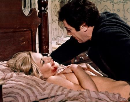Albert DeSalvo (Tony Curtis) face à l'une de ses victimes, qui réussira à s'échapper