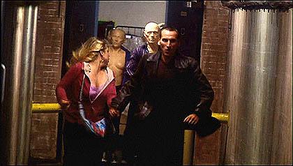 Premier épisode( (Rose) de la saison 1 de la relance de la série et première apparition d'un motif récurrent : la course effrénée du Docteur et de sa compagne du moment (ici Rose).