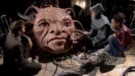 Le Docteur, Martha Jones et une infirmière de New Earth au chevet de Face de Boe (saison 3 épisode 3 : Gridlock)
