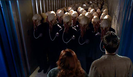 Donna et Le Docteur (de dos) face à une colonne de Oods, race extra-terrestre éminemment sensible (saison 4 épisode 3 : Planet of the Ood)