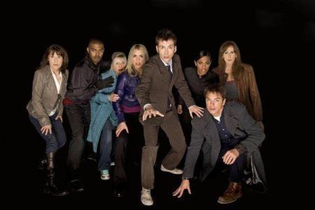 Les principaux compagnons du Docteur durant la reprise par Davies avec de gauche à droite : Sarah Jane Smith, Mickey (petit ami de Rose), la mère de Rose, Rose, Martha Jones, Donna Noble et le capitaine Jack Harkness