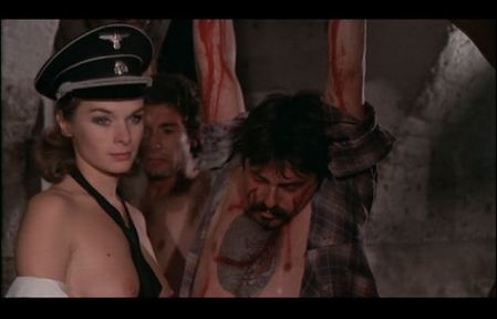 Macha Magall dans La bestia in calore, qui se prend ici pour Charlotte Rampling dans Portier de nuit